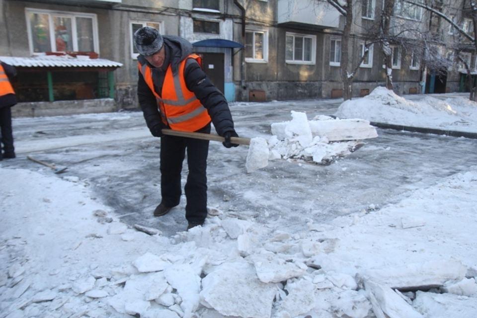 чистят дворы от снега
