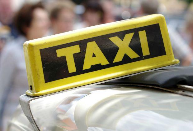 Таксистов обяжут