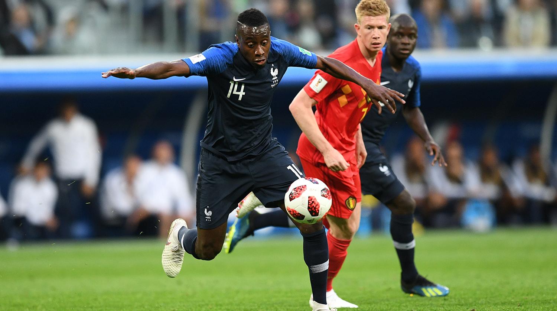 Слева направо: Блез Матюиди (Франция) и Кевин Де Брёйне (Бельгия) в полуфинальном матче чемпионата мира по футболу между сборными Франции и Бельгии