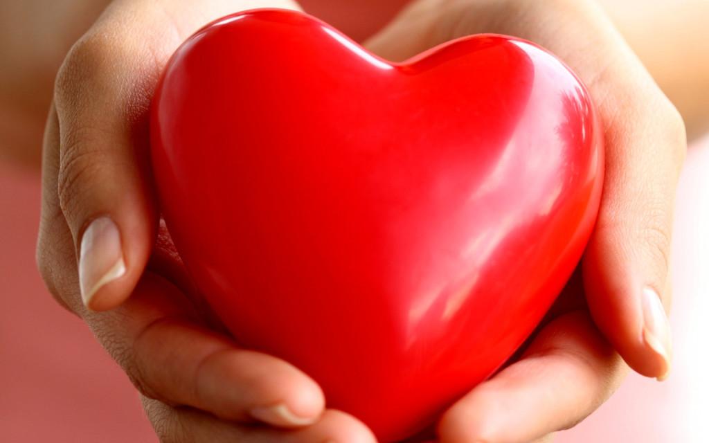 Ручные открытки, картинка сердце в руках с надписью
