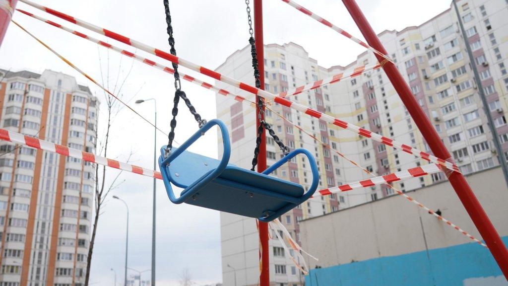 Взрослые забавы: чем опасны игры на детских площадках