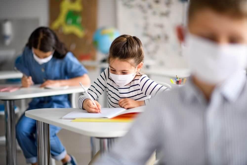 Какие российские школы уйдут на экстренные каникулы