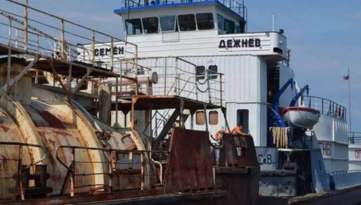 "На реке Лена произошел пожар на нефтяном танкере ""Семен Дежнев"""